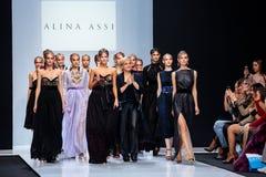 Piste modèle de promenade pour la passerelle d'ALINA ASSI à la semaine de mode de Moscou de saison du Ressort-été 2017-2018 Images libres de droits