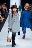 Piste modèle de promenade pour la passerelle d'ALISIA FIORI au Chute-hiver 2017-2018 chez Mercedes-Benz Fashion Week Russia Mode  Images libres de droits