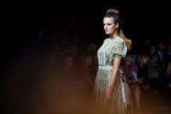 Piste modèle de promenade pour la passerelle d'Olga Kunitsyna à la semaine 2017 de mode de Moscou de Ressort-été Image stock