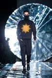 Piste modèle de promenade pour la passerelle de COUTURE de SENSUS au Chute-hiver 2017-2018 chez Mercedes-Benz Fashion Week Russia Photo libre de droits