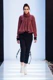 Piste modèle de promenade pour la passerelle de SAINT-TOKYO au Chute-hiver 2017-2018 chez Mercedes-Benz Fashion Week Russia Image libre de droits