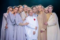 Piste modèle de promenade pour la passerelle de VICTORIA ANDREYANOVA à la semaine 2017-2018 de mode de Moscou d'Automne-hiver Photos stock