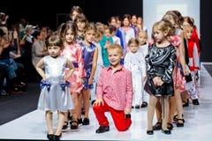 Piste modèle de promenade pour le LIVRE de MODE par la passerelle d'ALENA STEPINA à la semaine de mode de Moscou de saison du Res Photographie stock libre de droits