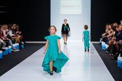 Piste modèle de promenade pour le LIVRE de MODE par la passerelle d'ALENA STEPINA à la semaine de mode de Moscou de saison du Res Photos stock