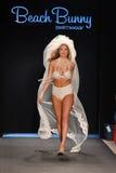 Piste modèle de promenades de Kate Upton au ramassage de maillot de bain de lapin de plage pour l'été 2012 de source image libre de droits