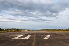 Piste plate, piste d'atterrissage dans le terminal d'aéroport avec l'inscription sur le ciel bleu avec des nuages à employer comm Photos libres de droits