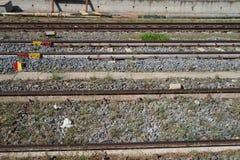 Piste rocciose del treno in una fila fotografia stock