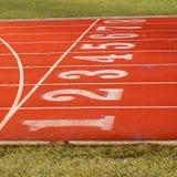 Piste rouge de sports avec 8 voies photographie stock libre de droits