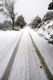 Piste sur l'horizontal neigeux images libres de droits