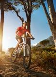 Athlète de vélo de montagne photo stock