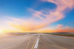 Piste vide à égaliser l'aéroport pendant le coucher du soleil photo libre de droits
