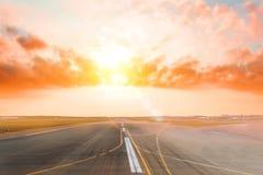 Piste vide d'aéroport dans la lumière égalisante de coucher du soleil, claire pour l'atterrissage d'avion ou le décollage photos stock