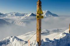 Piste znak przy górami w chmurach z śniegiem w zimie fotografia royalty free