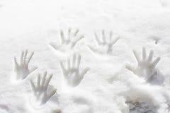 Pistes de main dans la neige Photo libre de droits