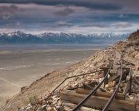 Pistes de mine abandonnées avec une vue Images stock