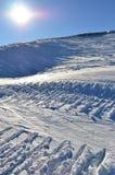 Pistes de neige sous le soleil brûlant image stock
