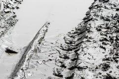 Pistes de pneu dans la boue photos stock