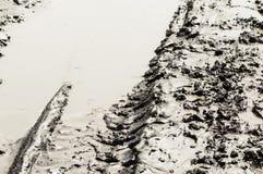 Pistes de pneu dans la boue photographie stock