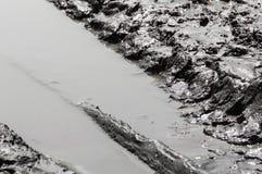 Pistes de pneu dans la boue images stock