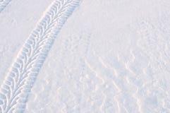 Pistes de pneu dans la neige fraîche photographie stock