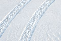 Pistes de pneu dans la neige fraîche images stock