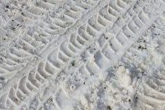 Pistes de pneu dans la neige Pneus de neige Voiture de voie sur la neige image stock