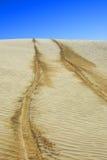 Pistes de pneu dans le désert Images stock