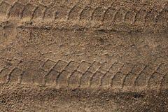 Pistes de pneu dans le sable Images stock