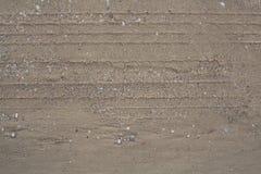 Pistes de pneu dans le sable Photographie stock