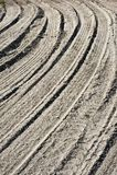Pistes de pneu en sable photo libre de droits