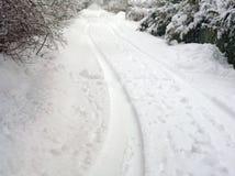Pistes de pneu sur la neige photo libre de droits