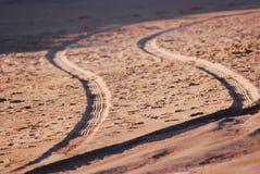 Pistes de pneu sur le sable photographie stock libre de droits