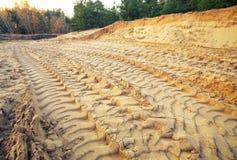 Pistes de pneu sur le sable photos libres de droits