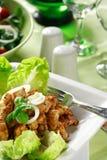 Pistes de poulet avec de la salade Photos libres de droits
