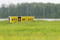 Pistes de roulement d'indicateur de signe d'aéroport Image libre de droits