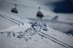 Pistes de ski dans la neige Image stock