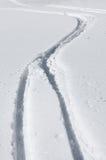 Pistes de ski dans la neige Photos stock