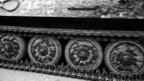 Pistes de tracteur à chenilles de réservoir photo libre de droits