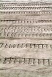 Pistes de tracteur à chenilles sur le sable images libres de droits