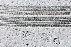 Pistes de véhicule dans la neige photo libre de droits