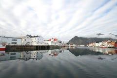 Pistes des nuages au-dessus de Henningsvaer Images libres de droits