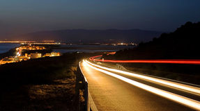 Pistes légères la nuit photographie stock libre de droits