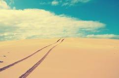 Pistes pour véhicules au-dessus d'un extérieur, dune de sable abandonnée image libre de droits