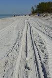 Pistes pour véhicules dans le sable Photographie stock libre de droits