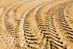 Pistes sur le sable du pneu Photographie stock libre de droits