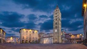 Pistoia, Italië Panorama van Piazza del Duomo bij schemer stock videobeelden