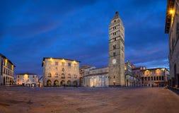 Pistoia Italien Panorama av Piazza del Duomo på skymning arkivfoton