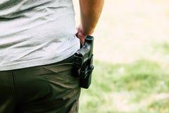 Pistol i pistolhölster Skyttdreven Förbereder sig att skjuta på målet Royaltyfri Foto