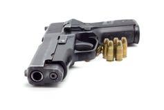 Pistol med ammo på vit bakgrund Royaltyfri Bild
