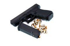 Pistol med tidskriften och Ammo Fotografering för Bildbyråer